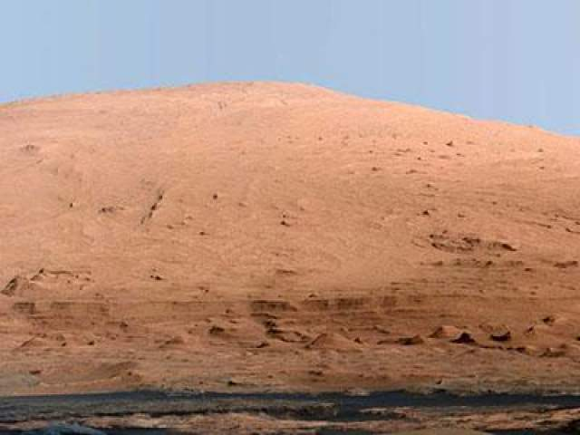 К слову, на Марсе дни измеряют в содах или марсианских сутках, продолжительность которых равна 24 часа 39 минут 35 секунд. Таким образом, продолжительность года на Марсе составляет 669,56 сотов или 684,94 земных суток. На фото - Главный объект все марсианской миссии - гора Шар, расположенная по центру кратера Гейла
