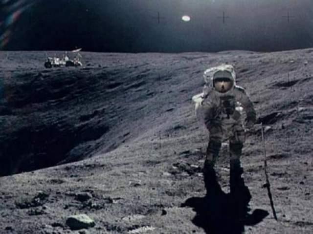Аполлон 16, 1972 год Во время пятой высадки американцев на Луну астронавт Чарльз Дьюк собирал образцы с поверхности спутника Земли, когда была сделана эта знаменитая фотография. Чуть справа от центра можно заметить неопознанный летающий объект. Появление НЛО на снимке представители NASA обьяснить не сумели. Возможное объяснение, блик в фотоаппарате.
