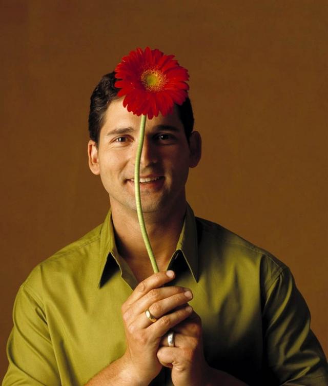 """Эрик Бана , позируя с цветком, вряд ли подозревал, что ему предстоит сыграть Халка и Гектора из """"Трои""""."""