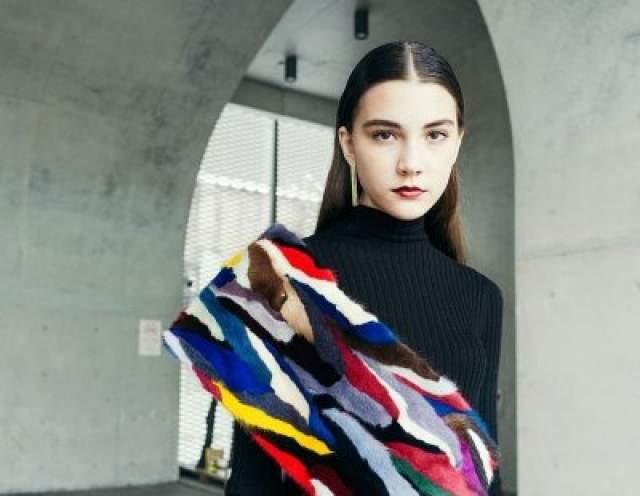 Влада Дзюба Около двух лет назад, 14-и летняя российская модель Влада Дзюба умерла от менингита, который осложнился полным истощением. По данным издания, девушка принимала участие в 13-часовом азиатском показе мод в Шанхае с температурой. Через несколько минут она впала в кому.