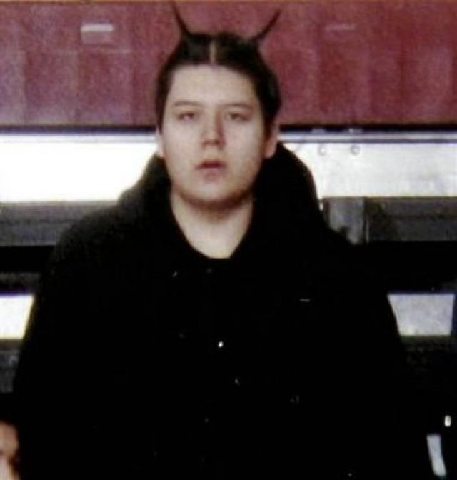 Утром около 12:00 шестнадцатилетний подросток Джеффри Уиз застрелил своего деда Дэрила Лусье из его же табельного оружия, выстрелив 12 раз: дважды в голову и десять раз в грудь.