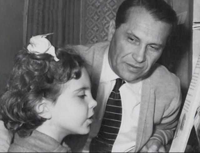 В октябре 1997 года 44-летний сын Лилии Жан захотел судиться с матерью из-за квартиры, в которой последние годы жил Марк Наумович. Вдова звезды сделала в том помещении музей. Она плакала, так как наделенный прекрасной внешностью Жанн практически ни дня не работал в своей жизни.