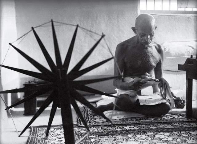 """Ганди и его прялка, Маргарет Бурк-Уайт, 1946. Снимок сделала в Индии сотрудница журнала Life, первая военная корреспондентка. """"Ганди прядёт каждый день по 1 часу, начиная обычно в 4 утра. Все члены его ашрама должны прясть. Он и его последователи побуждают прясть всех… Прядение возведено почти до высот религии. Прядильное колесо — своего рода икона для них…"""""""