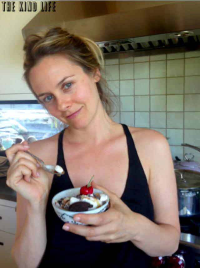 Источником своей молодости Алисия считает веганство: актриса отказалась от пищи животного происхождения (не ест мясо и даже молочные продукты, заменив их соей).