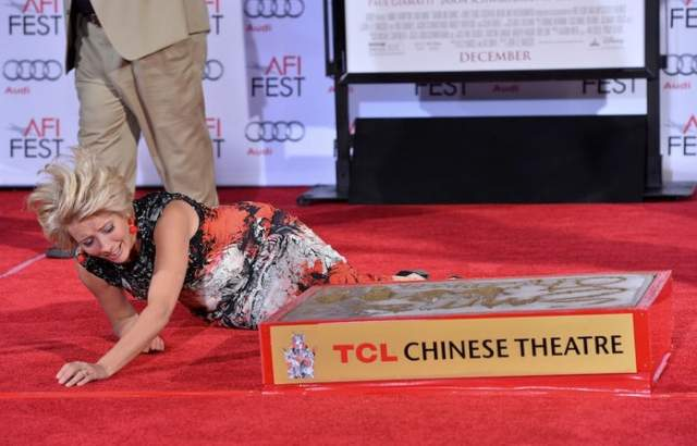 Британская актриса Эмма Топсон упала навзничь, оставив отпечаток руки в цементе в Китайском театре в Голливуде.