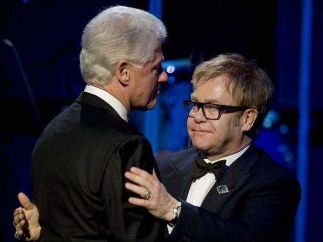 Элтон Джон и Билл Клинтон. Эти знаменитости регулярно встречаются на благотворительных ужинах и всегда тепло приветствуют друг друга.