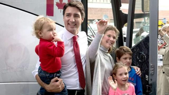 Джастин Трюдо. премьер Канады женат на бывшей телеведущей и фотомодели Софи Грегуар, с которой растит троих маленьких детей.