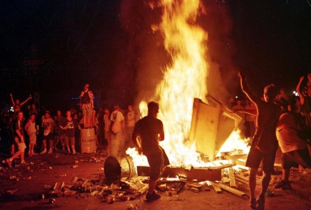 Энтони Кидис, фронтмен группы, заявил со сцены, что ему нравится вид огня, что только еще больше раззадорило толпу.