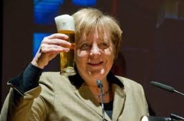 Конфузы сопутствуют и канцлеру Германии Ангеле Меркель. Канцлер Германии приехала в город Деммин на встречу со сторонниками своей партии. Официанта, подававшего напитки, кто-то толкнул в спину.