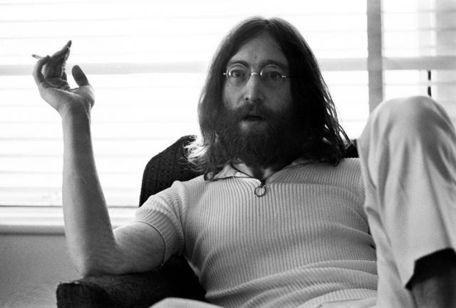 """Джон Леннон. Пожалуй, это самый известный случай нападения обезумевшего фаната на кумира. Марк Чепмен большую часть жизни находился в пограничном состоянии сознания. У него было два главных увлечения: книга """"Над пропастью во ржи"""" и музыка Beatles."""