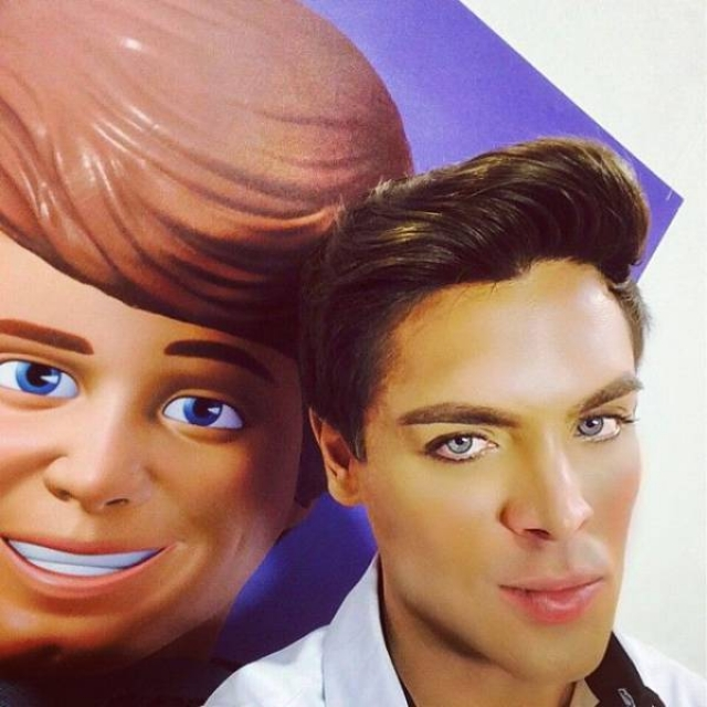 """Маурисио Гальди рассказал The Daily Mail, что с детства завидовал девочкам – потому что они могли играть в куклы, с Барби и Кеном в том числе. """"Я видел, как они играют в куклы, и хотел делать то же самое, но боялся предрассудков"""", – с сожалением делится бразилец."""