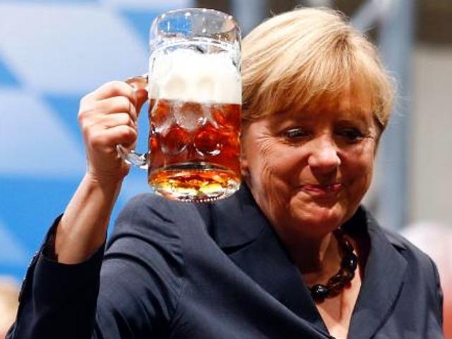 В результате пять бокалов пива выплеснулись прямо на спину Меркель, которая проявила выдержку – улыбнулась, сделала вид, что все в порядке, и спустя пару минут, не переодевшись, пошла выступать перед собравшимися.
