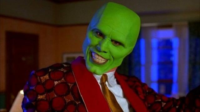 """""""Маска"""" . Вопросов, кто скрывается под этой маской, у зрителей не возникает, поскольку сразу же ясно, что это актер Джим Керри."""