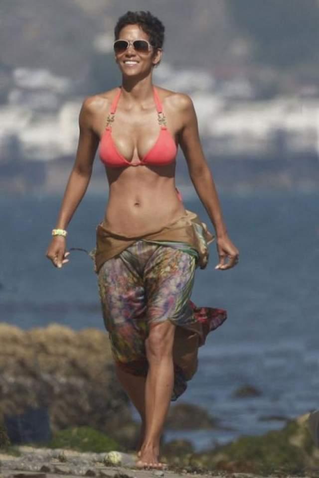 Холли Берри сейчас 53, в это невозможно поверить, глядя на ее тело.