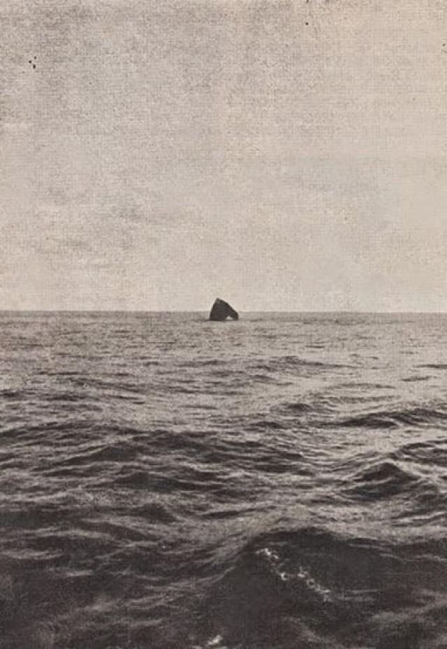 """Об острове-скале Роколл ходили слухи и создавались легенды. Скандинавские рыбаки именуют его по-разному: """"Гранитный Клык"""", """"Каменный Утюг"""". В Северной Европе о Роколле рассказывали небылицы, но видеть его доводилось в основном лишь рыбакам, хотя взглянуть на эту удивительную скалу хотелось многим."""