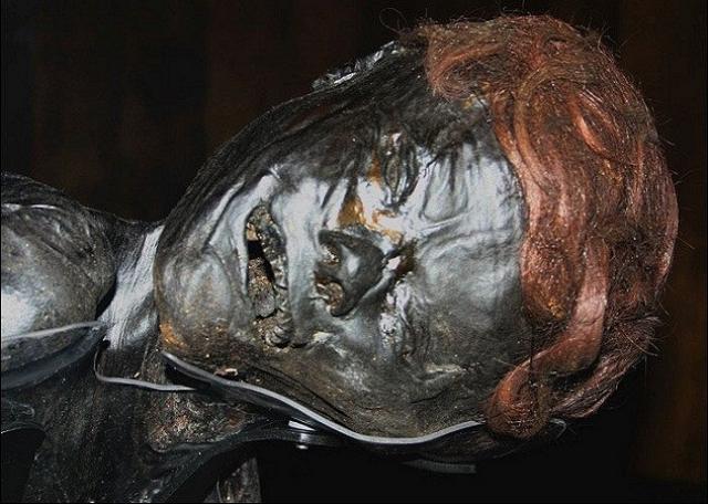 Человек из Граубалле. В 50-х годах прошлого века археологи обнаружили несколько мумий в торфяных болотах . Среди довольно хорошо сохранившихся тел ученых особенно удивило мумифицированное тело молодого человека.