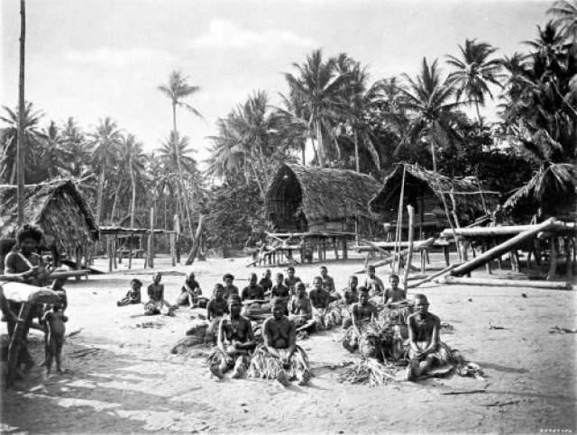 """16. Болезнь куру, или смеющаяся смерть Племя каннибалов форе, живущее в горах Новой Гвинеи, было открыто только в 1932 году. Члены этого племени страдали смертельной болезнью куру, название которой на их языке имеет два значения - """"дрожь"""" и """"порча"""". Главными признаками заболевания являются сильная дрожь и порывистые движения головой, иногда сопровождаемые улыбкой, подобно той, которая появляется у больных столбняком. В течение нескольких месяцев ткани головного мозга деградируют, превращаясь в губчатую массу, после чего пациент умирает. Болезнь распространилась через ритуальный каннибализм, а именно поедание мозга болевшего этим заболеванием. С искоренением каннибализма куру практически исчезла."""