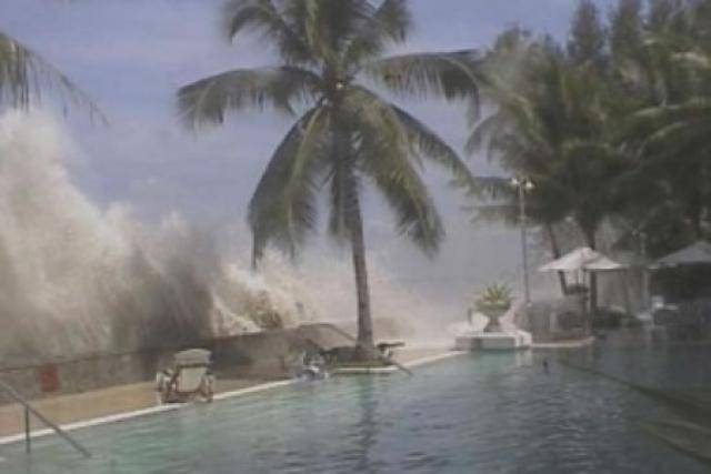 За несколько минут цунами разрушило большую часть города. Вода разлилась на 3 км в глубь острова. Мелабох два дня стоял под водой. Из 40 тысяч жителей погибли около 10 тысяч.