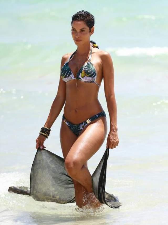 52-летняя Николь Митчелл Мерфи, бывшая жена Эдди Мерфи и мать пятерых его детей, продемонстрировала отличную спортивную форму на пляже.