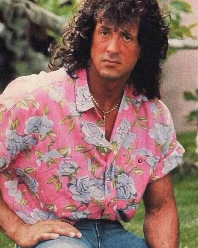 Сильвестр Сталлоне в игривой рубашке.