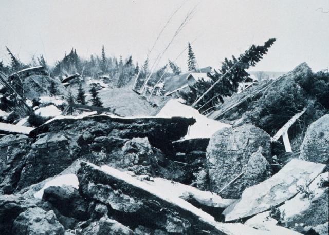 Значительные разрушения произошли на площади в пятьдесят тысяч квадратных миль. Множество неприятностей принесли лавины и обвалы в горах. Оползни и обвалы привели в негодность железные и шоссейные дороги. Так, железная дорога в Штате Аляска потеряла своё портовое сооружение, мосты и многое другое. Общий экономический ущерб составил полмиллиарда долларов США.