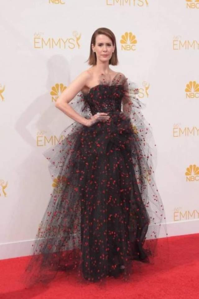 """Наряд Armani Prive звезды сериала """"Американская история ужасов"""" Сары Полсон был похож на паутину с застывшими на ней капельками крови."""