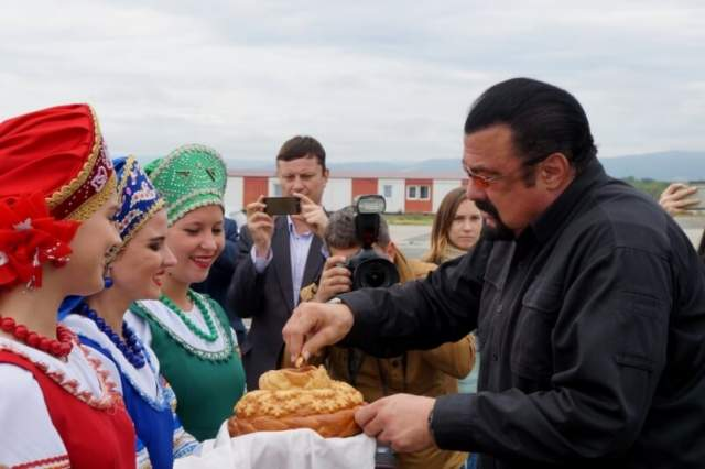 """Стивен Сигал . """"Я могу сказать, что сам я русский. У меня русская семья. Я люблю Россию и горжусь этим. В России у меня много друзей, хороших друзей, с которыми, помимо прекрасных человеческих отношений, нас связывает и бизнес"""", - говорил он."""