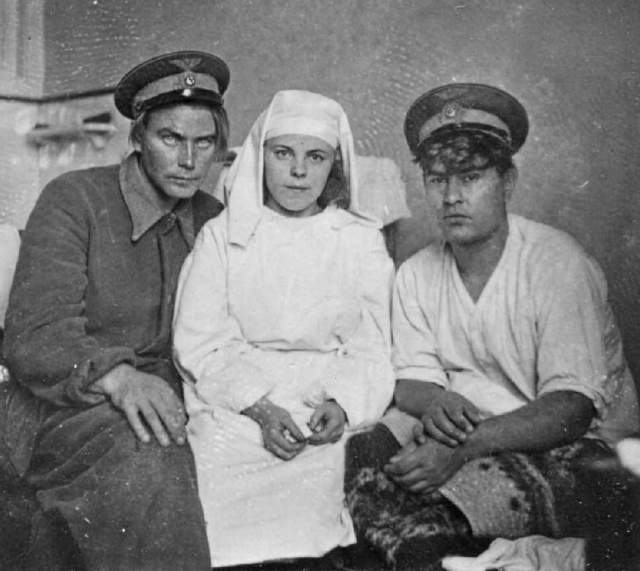 Самолет Маресьева сбили, он провел 18 дней в лесу. Под деревней Плав его нашли местные жители. Ноги ампутировали из-за гангрены. Но летчик не пал духом и спустя два месяца начал осваивать протезы.