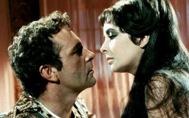 Элизабет Тейлор. В жизни актрисы было много мужчин, но один из них стал по-настоящему роковым. Им был Ричард Бертон. Когда он признал их роман в прессе, то уточнил, что разводиться со своей женой из-за нее не собирается.