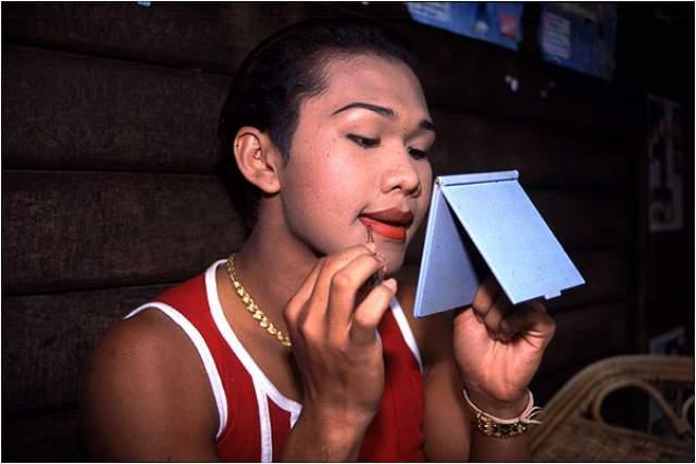 Нонг Тум (Паринья Чароэнпхол). 1981 г.р. Таиланд. Первый бой на главной арене в Бангкоке она провела в женском макияже, а после победы поцеловала противника.