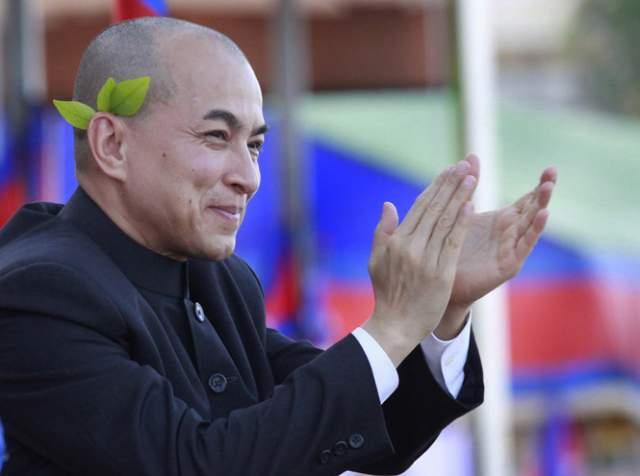 """Нородом Сиамони, король Камбоджи (65 лет). Он долгое время был послом Камбоджи в ЮНЕСКО, а кроме этого - является важным деятелем искусства. Недаром его называют """"танцующим королем"""" - ведь он работал преподавателем классического танца."""
