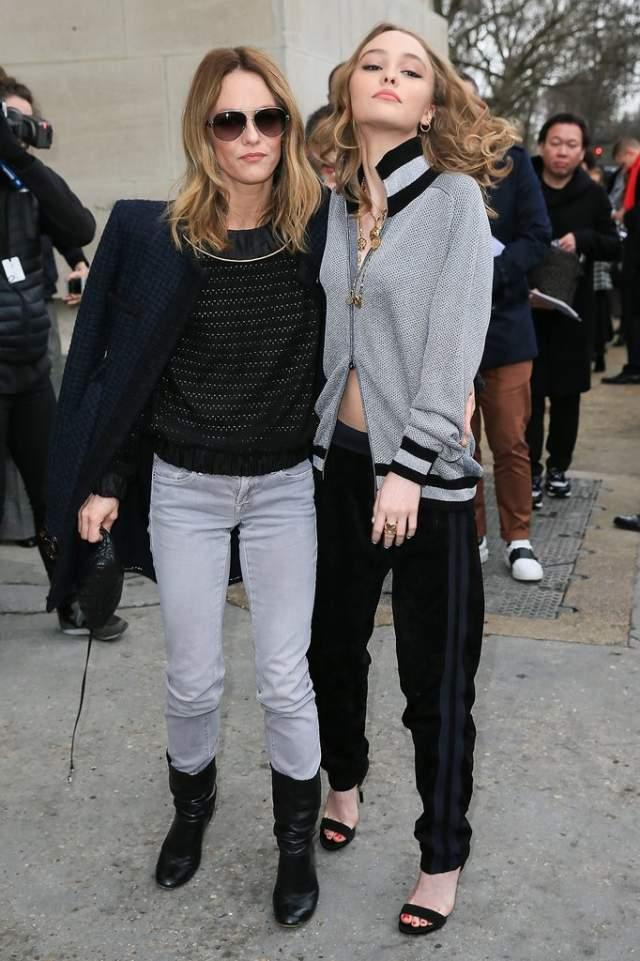 Лили-Роуз Депп и Ванесса Паради также напоминают сестер.