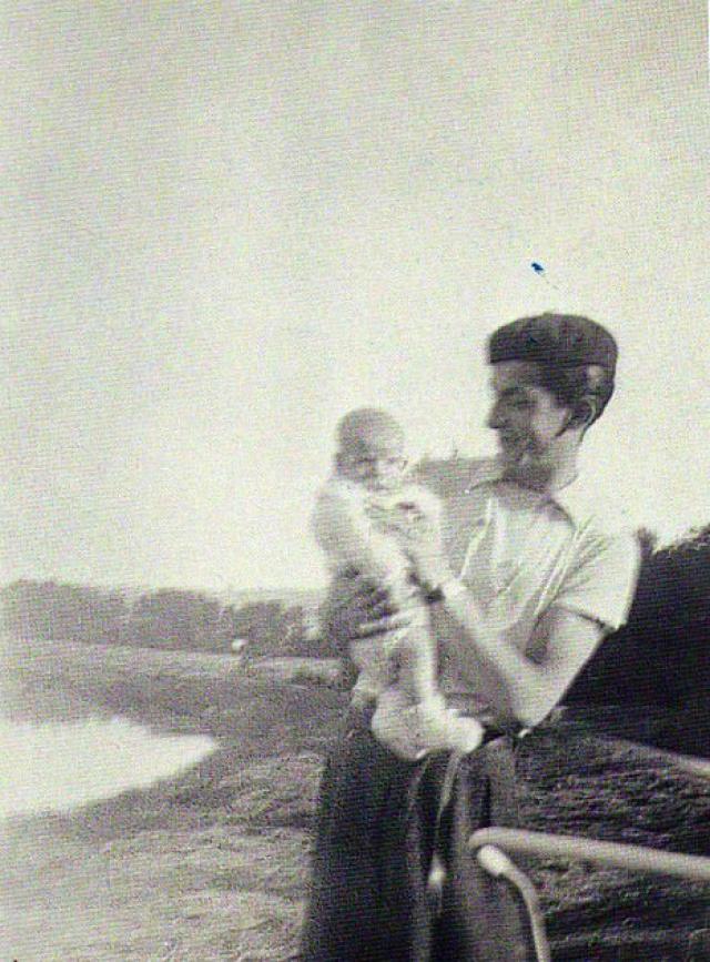 В 1936 году де Фюнес женился на Жермен Луизе Элоди Карруайе. У них родился сын Даниэль.