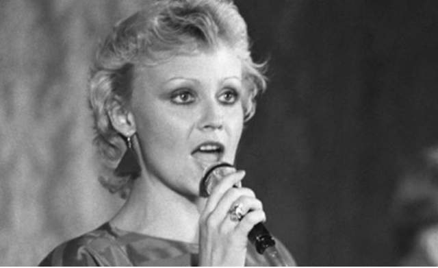 """За вклад в развитие культуры Анне неоднократно награждалась национальными премиями и званиями, несколько раз она побеждала на всесоюзных конкурсах исполнимой, а ее песни становились """"Песней года""""."""