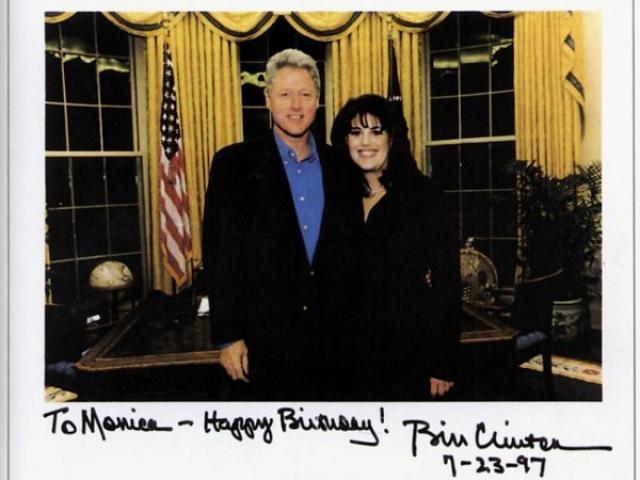 В 1996 году Моника работала на стажировке в Вашингтоне. К этому времени относится ее знакомство с Клинтоном.