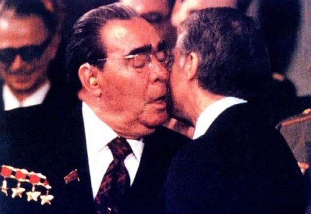 """Брежнев любил приветствовать политических деятелей поцелуем: сначала он целовал их в одну щеку, потом в другую, а затем - в губы. Такой поцелуй даже прозвали """"тройной Брежнев""""."""