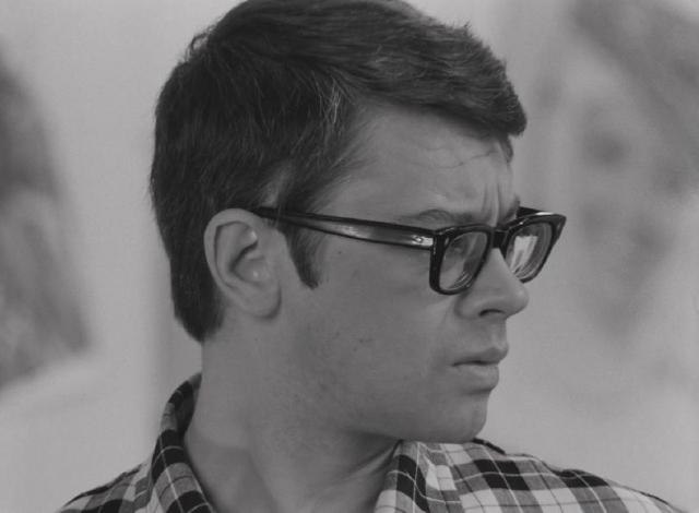 """Демьяненко не мог выйти на улицу: его всюду узнавали, хлопали по плечу, норовили поправить очки и сразу переходили на """"ты"""". Интеллигентный от природы, актер презирал всю эту бесцеремонную фамильярность."""