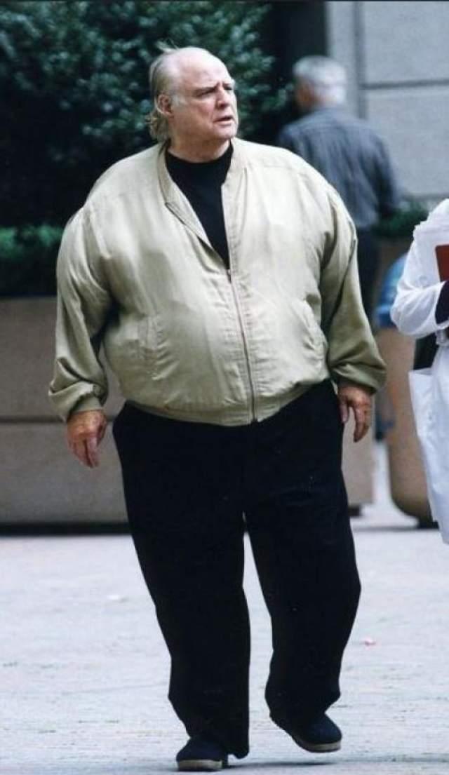 Марлон Брандо ушел из жизни 1 июля 2004 года от дыхательной недостаточности. Последние годы он страдал ожирением, практически не выходил из дома.