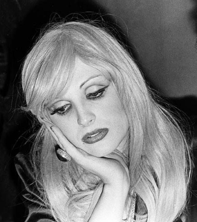 """Успешная карьера началась лишь после знакомства с Уорхолом в 1967 году. Кэнди снялась в главной роли в фильме """"Бабий бунт"""". Кроме того, она играла в театральных постановках и участвовала в показах одежды."""