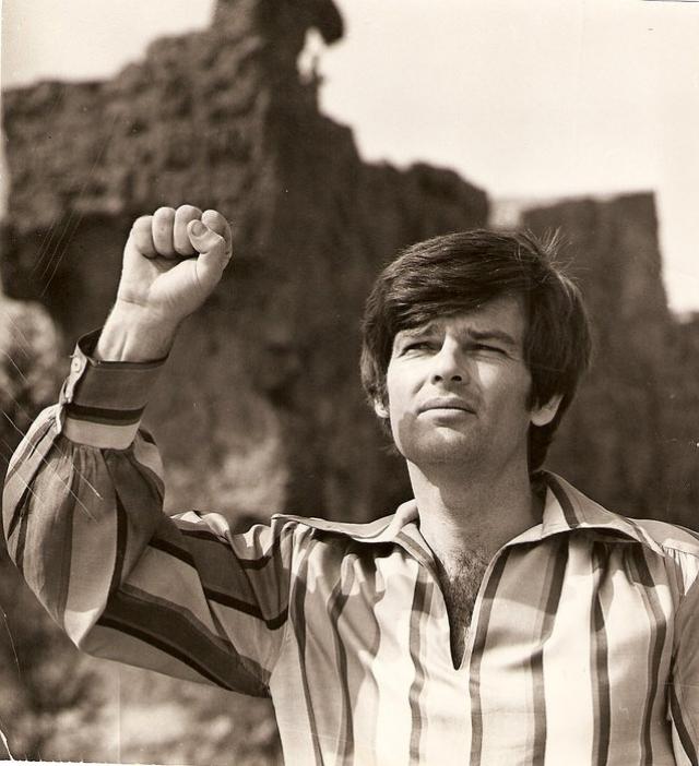 Американцем он был лишь по рождению. Как певца и актера на родине его не приняли, в США он был известен только как пловец и бегун. Большую часть своей жизни Дин Рид прожил за пределами родины: Латинская Америка, Италия, ГДР, СССР по очереди принимали его у себя в гостях.