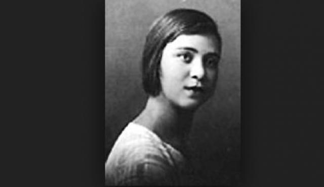 Впервые женился Яков довольно рано. Его избранницей стала 16-летняя Зоя Гунина, одноклассница и дочь священника. Свадьбу сыграли втайне от Сталина, который был категорически против этого брака.