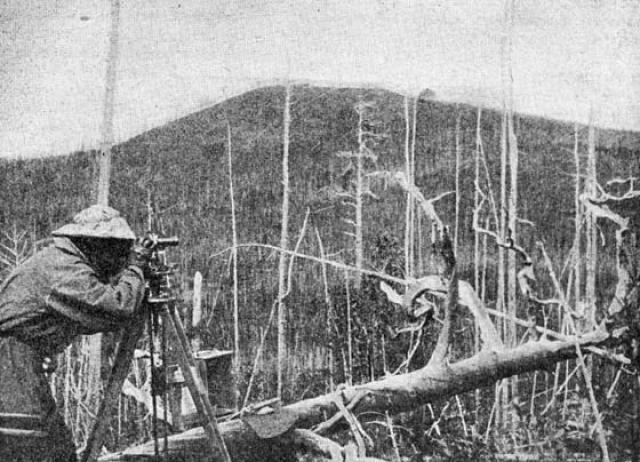 Было обнаружено, что в месте предполагаемого падения метеорита повален лес на значительной площади, причем в месте, которое должно было быть эпицентром взрыва, лес остался стоять, а какие-либо следы метеоритного кратера отсутствовали.