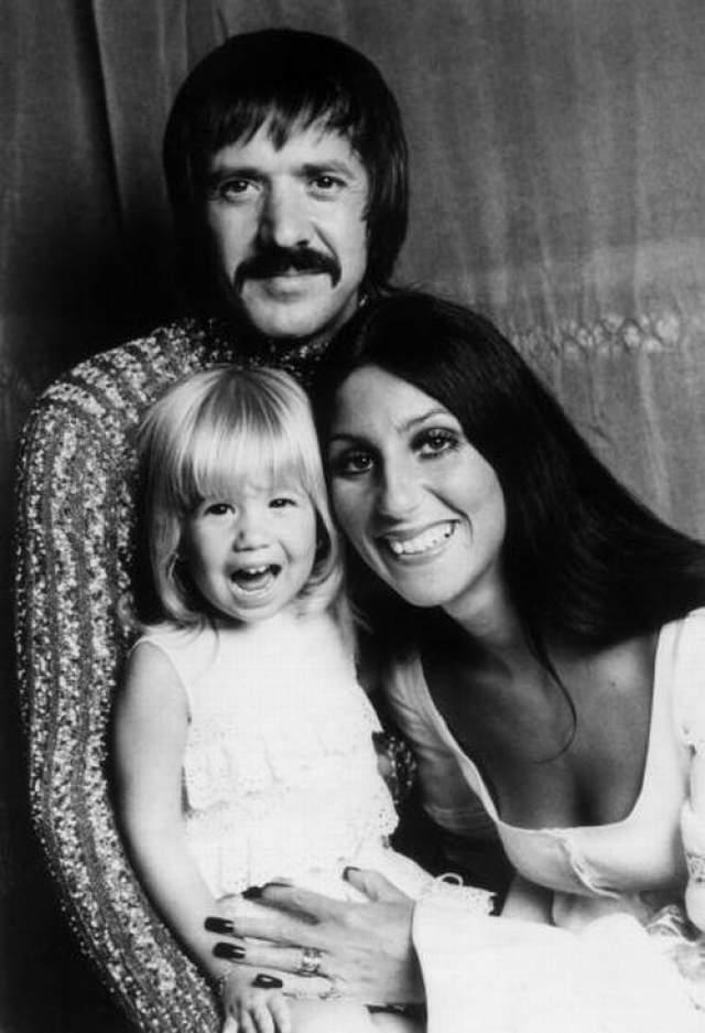 Шер, 72 года. Исполнительница в 18 лет вышла замуж за 29-летнего Сонни Боно. Через пять лет, в 1969 году, у них родился ребенок, а в 1975-м они расстались.