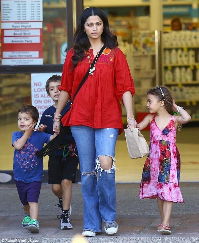 Камила Алвес. Бразильская модель родила троих детей от актера Мэттью Макконехи.