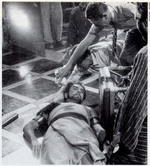 44-летний Пауэр играл в сцене дуэли, когда у него случился сердечный приступ. Актер скончался еще до приезда в больницу.