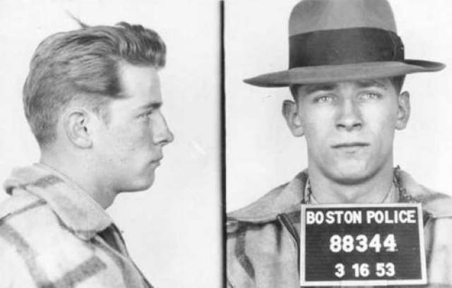 Джеймс Балджер Еще один ветеран Алькатраса - Джеймс Балджер по кличке Уайти. Он получил такое прозвище из-за светлых шелковистых волос. Балджер вырос в Бостоне и с самого начала доставлял немало проблем родителям, несколько раз убегая из дома и однажды даже присоединившись к бродячему цирку. Первый раз Балджера арестовали в 14 лет, но это его не остановило, и к концу 1970-х он оказался в криминальном подполье.