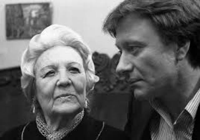 Всю жизнь, несмотря на обилие поклонников, она была замужем за одним мужчиной - своим администратором Иосифом Эпштейном. Их единственный сын умер в возрасте одного года, а через два дня ей пришлось выступать с концертом - и она выдержала это испытание. В 90 лет она получила звание народной артистки СССР.