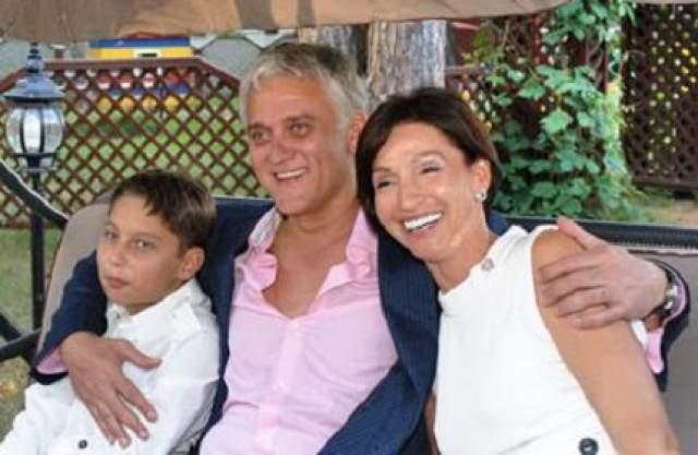 62-х летний певец Александр Маршал вот уже много лет состоит в браке с Натальей Минусовой и даже воспитывает взрослого сына.