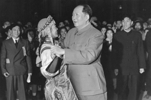 Кадры для любовных утех руководитель государства находил в различных музыкальных и танцевальных ансамблях. О первой жене китайского лидера известно очень мало. Жениху было 14 лет, а невесте 18. Молодожёны приходились друг другу дальними родственниками, а брак был организован их отцами.