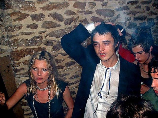 Доэрти, известный в мире музыки страстью к наркотикам и буйному поведению, втянул в пагубные привычки и Кейт. На фоне этого скандальные выяснения отношений стали нормой для пары.